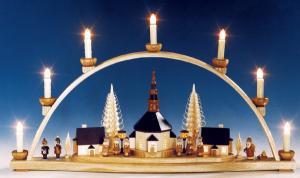Schwibbogen mit Seiffener Kirche u. beleuchteten Laternen