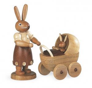 Hasenmutter mit Kinderwagen natur