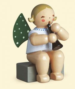 Grünhainichener Engel mit Klarinette  sitzend