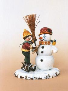 Winterkind Junge mit Schneemann