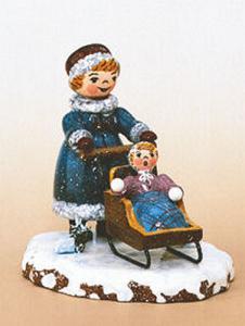 Winterkinder Mädchen mit Kinderschlitten