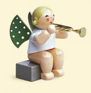 Grünhainichener Engel mit Trompete, sitzend