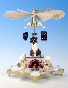Pyramide mit Bäckerengeln mit Teelichtern