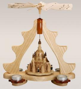 Pyramide mit Dresdner Frauenkirche mit Teelichtern
