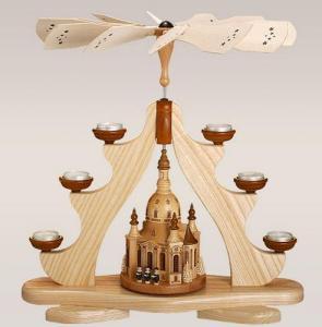 Pyramide mit großer Dresdner Frauenkirche mit Teelichtern