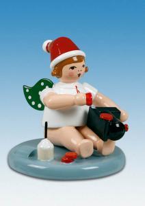 Weihnachtsengel sitzend mit Lok mit Mütze