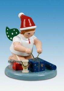 Weihnachtsengel kniend mit Geschenken mit Mütze