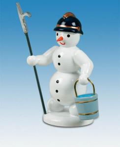 Schneemann Feuerwehrmann mit Eimer und Feuerhaken