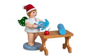 Weihnachtsengel mit Mütze Am Schneidertisch
