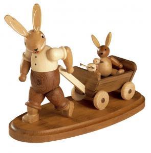 Osterhase mit Kind im Bollerwagen natur