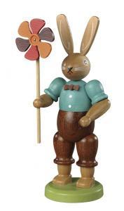 Osterhase Hasenmann mit Windrad farbig lasiert, klein