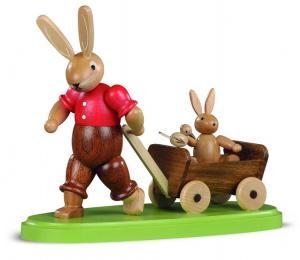Osterhasenvater mit Kind auf Bollerwagen  lasiert, klein