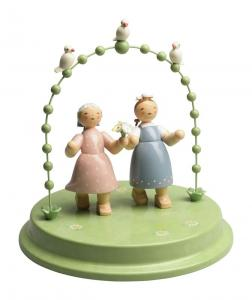 Liebespaar im Bogen mit 3 Täubchen, zwei Damen