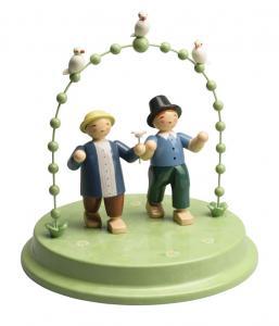 Liebespaar im Bogen mit 3 Täubchen, zwei Herren
